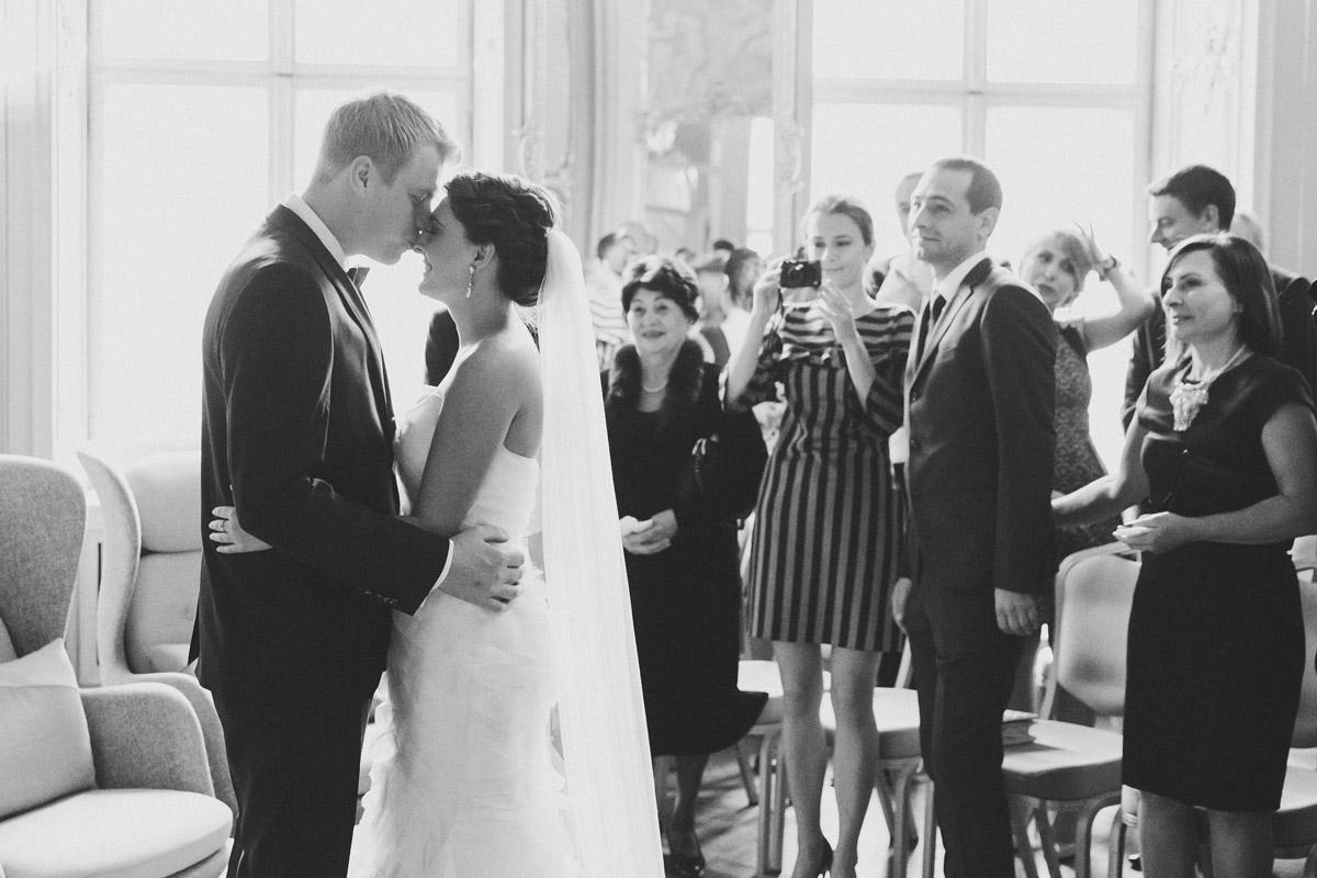 Hochzeitsreportagefoto vom First Look des Brautpaares bei Trauung im Ermelerhaus in Berlin-Mitte © Hochzeit Berlin www.hochzeitslicht.de