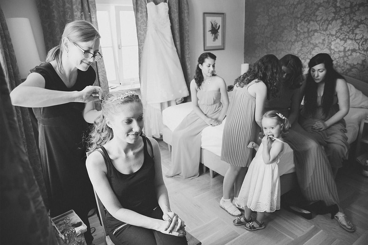 Hochzeitsreportagefoto vom Styling der Braut mit Familie bei klassischer Hochzeit im Gut Suckow Brandenburg © Hochzeitsfotograf Berlin www.hochzeitslicht.de