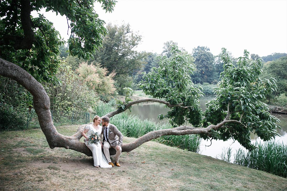 Brautpaarfoto im Fürst Pückler Park Bad Muskau während ganztägiger Landhochzeit in der Lausitz © Hochzeitsfotograf Brandenburg www.hochzeitslicht.de