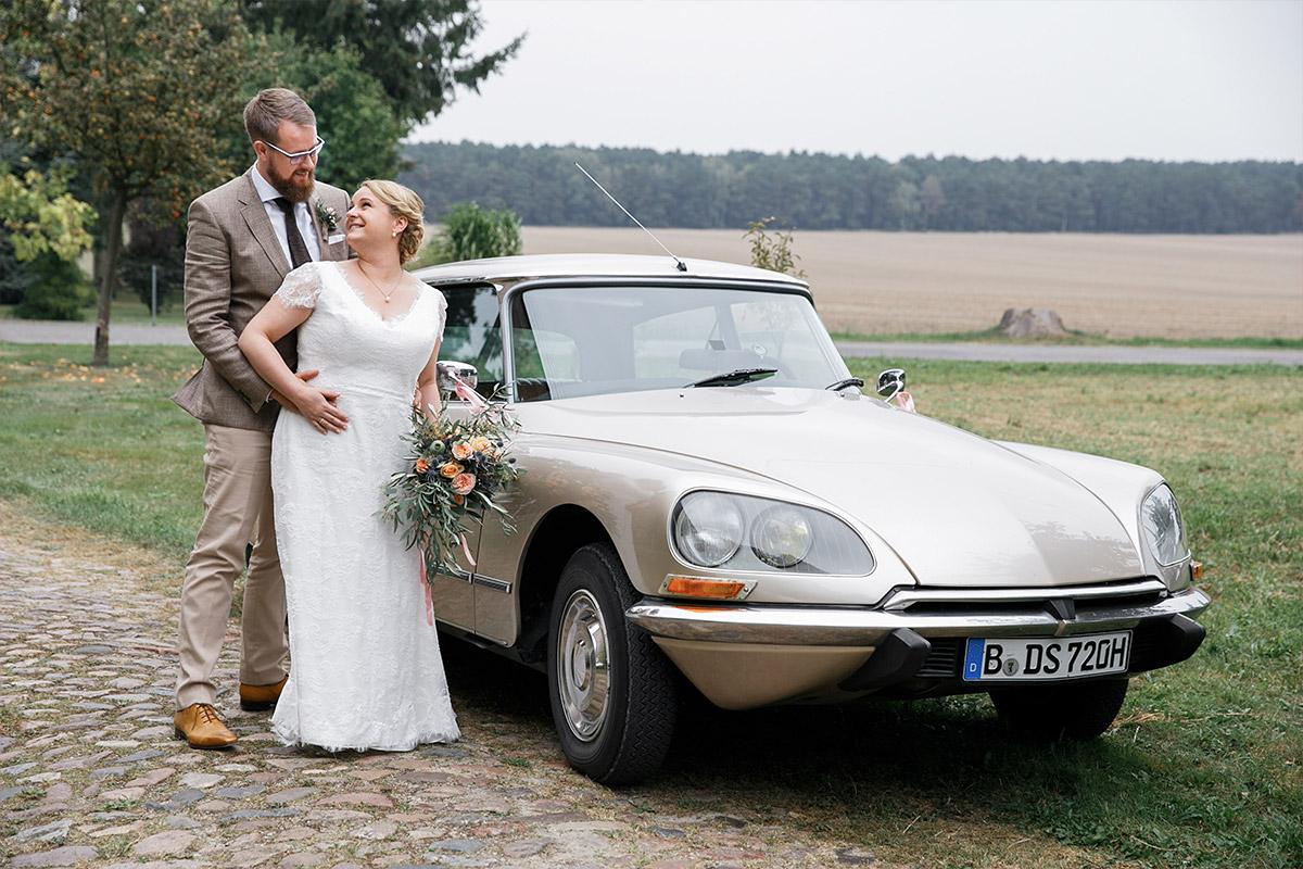 Brautpaarfoto vor Hochzeitsauto bei Landhochzeit in Lausitz Brandenburg © Hochzeitsfotograf Berlin www.hochzeitslicht.de