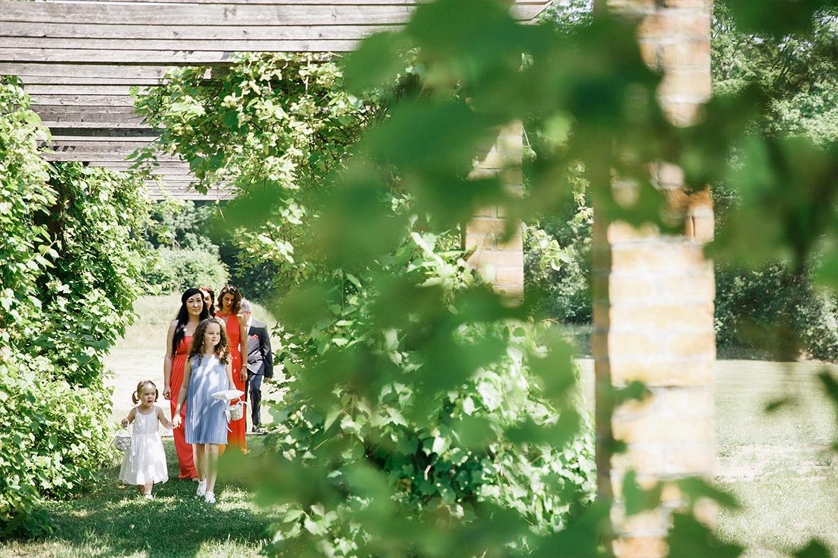 Hochzeitsfoto von Blumenmädchen und Brautjungfern beim Einzug zur Trauung im Freien bei Landhochzeit im Gut Suckow Brandenburg © Hochzeitsfotograf Berlin www.hochzeitslicht.de