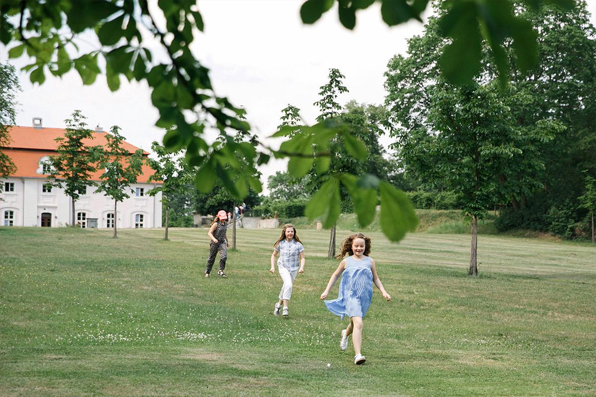 Hochzeitsfoto von spielenden Kindern bei Landhochzeit auf Gut Suckow Brandenburg © Hochzeitsfotograf Berlin www.hochzeitslicht.de