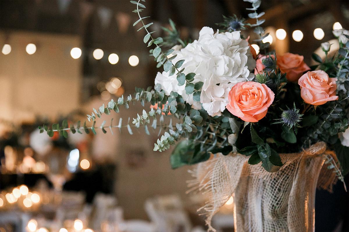 Hochzeitsfoto von geschmückter Scheune mit edlem Blumenschmuck aus Rosen, Eukalyptus, Disteln und Hortensien bei Scheunen-Hochzeit Brandenburg © Hochzeitsfotograf Berlin www.hochzeitslicht.de
