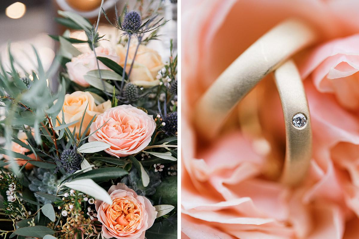 Hochzeitsfoto von herbstlichem Brautstrauß mit Disteln und Detailfoto der Eheringe bei Hochzeit in Scheune, Brandenburg © Hochzeitsfotograf Berlin www.hochzeitslicht.de