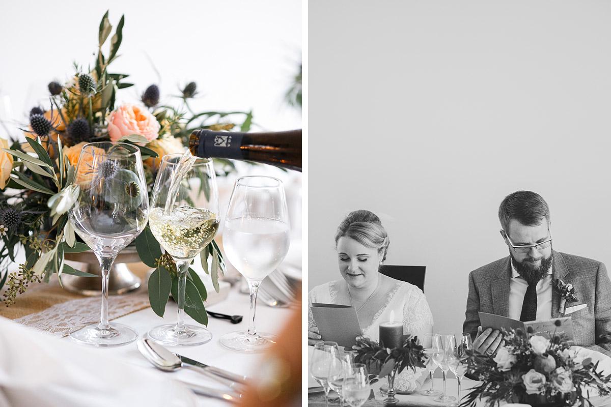 Hochzeitsfoto von Brautpaar und Detailfoto der Tischdekoration mit herbstlichem Blumenschmuck nach Trauung im Schloss Bad Muskau bei Scheunenhochzeit Brandenburg © Hochzeitsfotograf Berlin www.hochzeitslicht.de