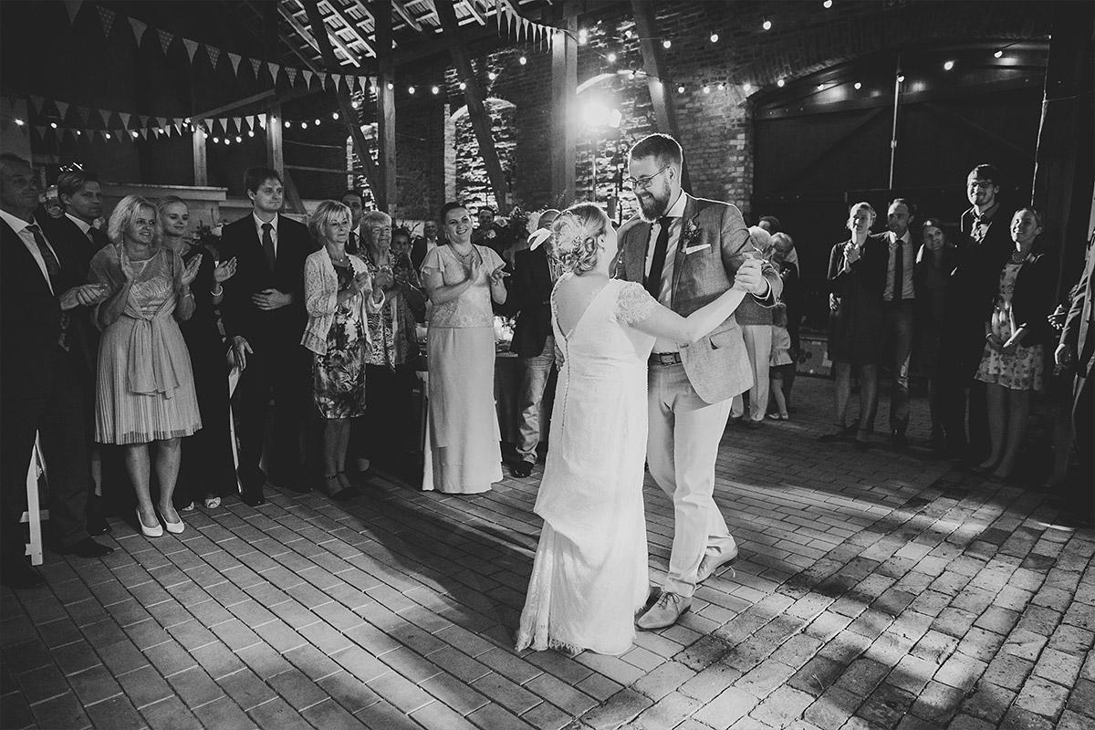 Hochzeitsreportagefoto vom Eröffnungstanz des Brautpaares bei edler Scheunenhochzeit in Brandenburg © Hochzeitsfotograf Berlin www.hochzeitslicht.de