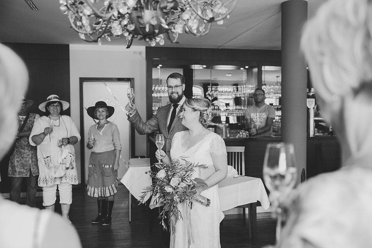 Hochzeitsfoto von Sektempfang nach Trauung im Alten Schloss Bad Muskau, Lausitz © Hochzeitsfotograf Berlin www.hochzeitslicht.de