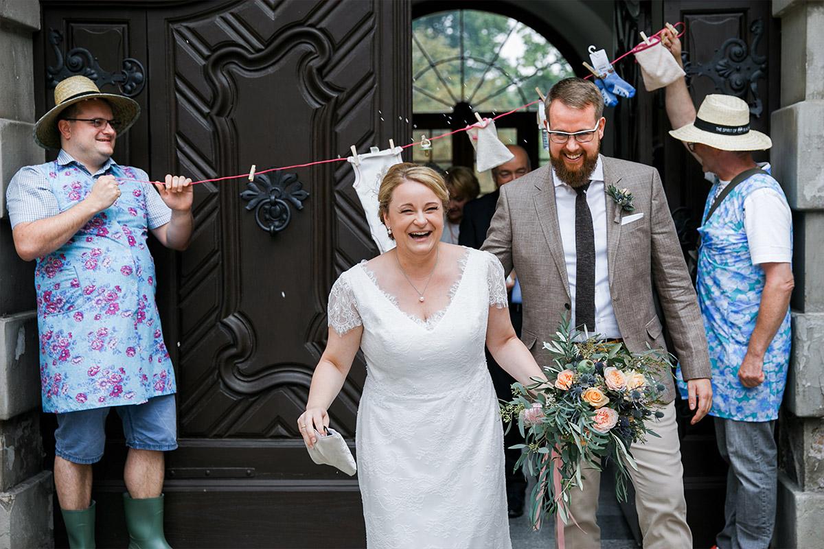authentisches Hochzeitsfoto von Auszug des Brautpaares nach standesamtlicher Trauung im Alten Schloss Bad Muskau Lausitz © Hochzeitsfotograf Berlin www.hochzeitslicht.de