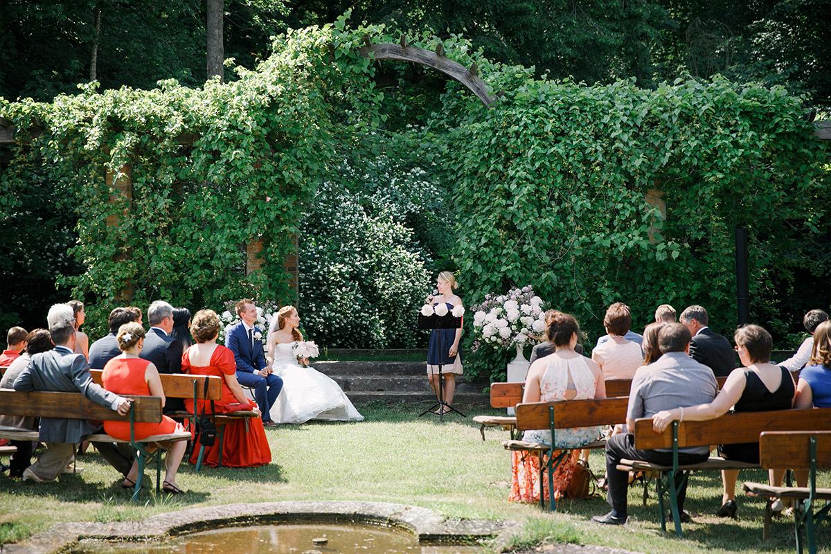 Hochzeitsfoto von Trauung unter freiem Himmel bei Sommer-Hochzeit im Gut Suckow Brandenburg © Hochzeitsfotograf Berlin www.hochzeitslicht.de