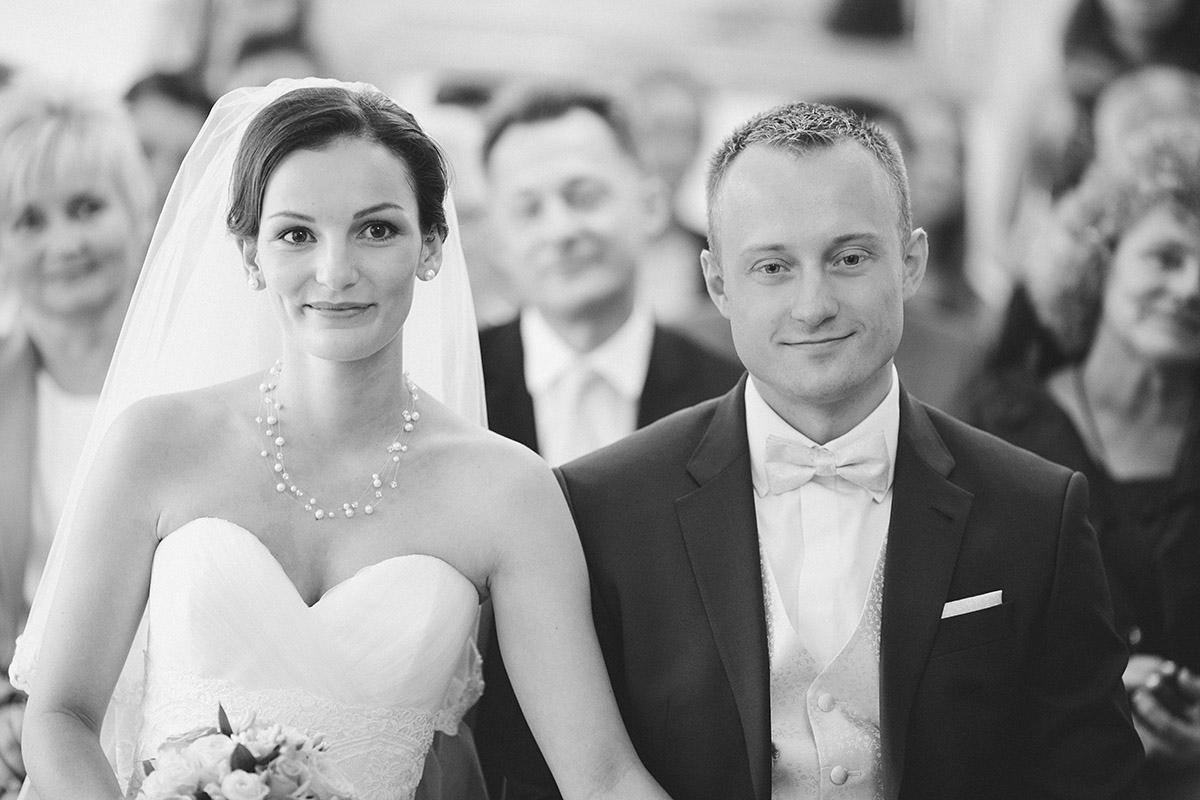 authentisches Hochzeitsfoto von Brautpaar bei standesamtlicher Trauung im Standesamt Friedrichshain-Kreuzberg in Berlin © Hochzeit Berlin www.hochzeitslicht.de