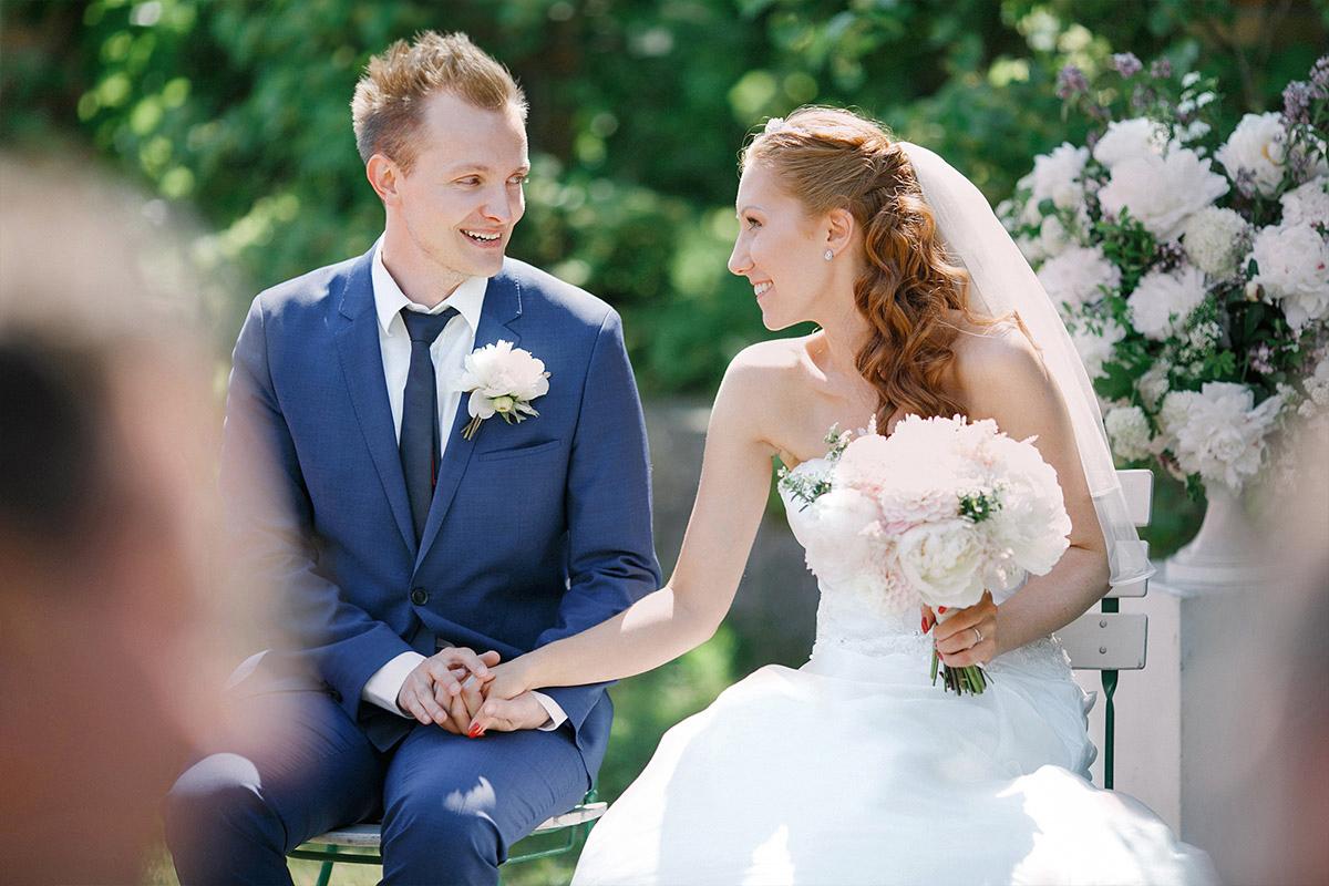 natürliches Hochzeitsfoto von Brautpaar während Trauung bei Gut Suckow Hochzeit in Brandenburg © Hochzeitsfotograf Berlin www.hochzeitslicht.de