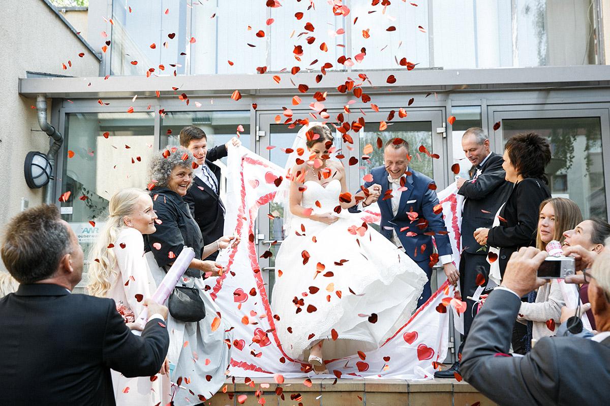 Hochzeitsfoto von Auszug des Brautpaares nach standesamtlicher Trauung im Standesamt Friedrichshain-Kreuzberg bei urbaner Berlin-Hochzeit © Hochzeit Berlin www.hochzeitslicht.de