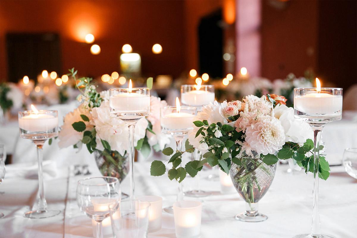 Hochzeitsfotografie Von Tischdekoration Mit Dahlien Rosen Und