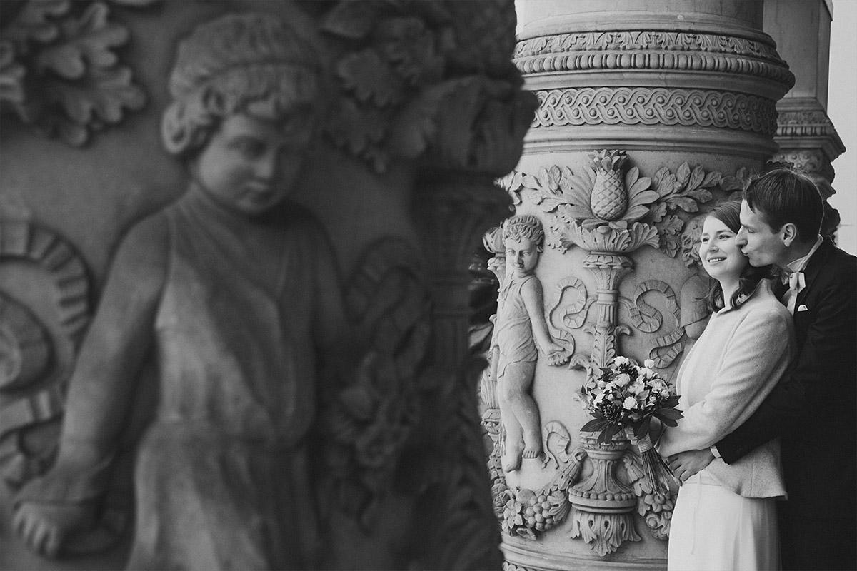 romantisches Brautpaarfoto aufgenommen vor Katholischer Kirche St. Marien Liebfrauen in Berlin-Kreuzberg aufgenommen von Hochzeitsfotograf Berlin-Mitte © Hochzeit Berlin www.hochzeitslicht.de