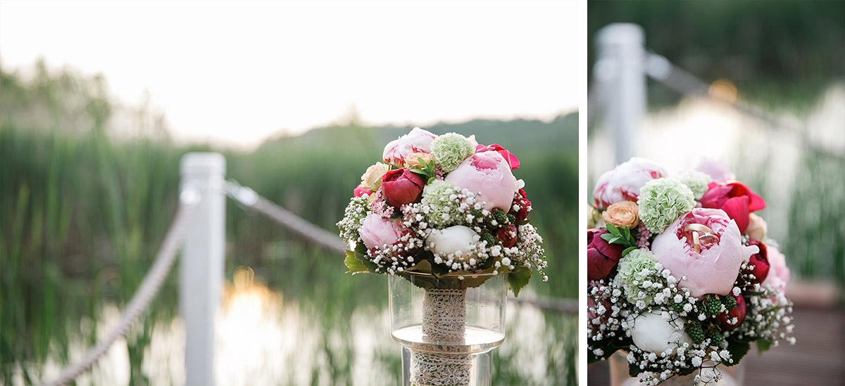Hochzeitsfotos von Brautstrauß aus Pfingstrosen mit Blick auf Kremmener See - Seelodge Kremmen Hochzeitsfotograf © www.hochzeitslicht.de