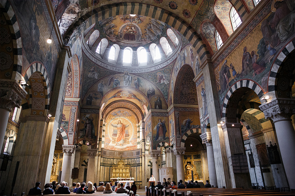 Hochzeitsfoto von kirchlicher Trauung in Herz Jesu Kirche Berlin-Mitte - Soho House Berlin Hochzeitsfotograf © www.hochzeitslicht.de