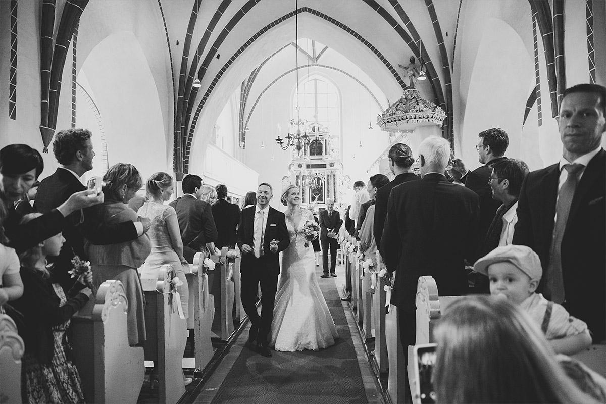 Hochzeitsfoto vom Auszug des Brautpaares nach Trauung in St. Nikolai-Kirche in Kremmen - Seelodge Kremmen Hochzeitsfotograf © www.hochzeitslicht.de