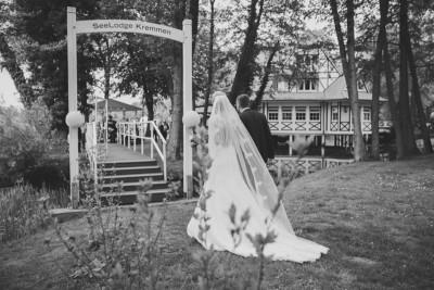 Brautpaar bei Ankunft in Hochzeitslocation Seelodge Kremmen direkt am Kremmener See - Seelodge Kremmen Hochzeitsfotograf © www.hochzeitslicht.de