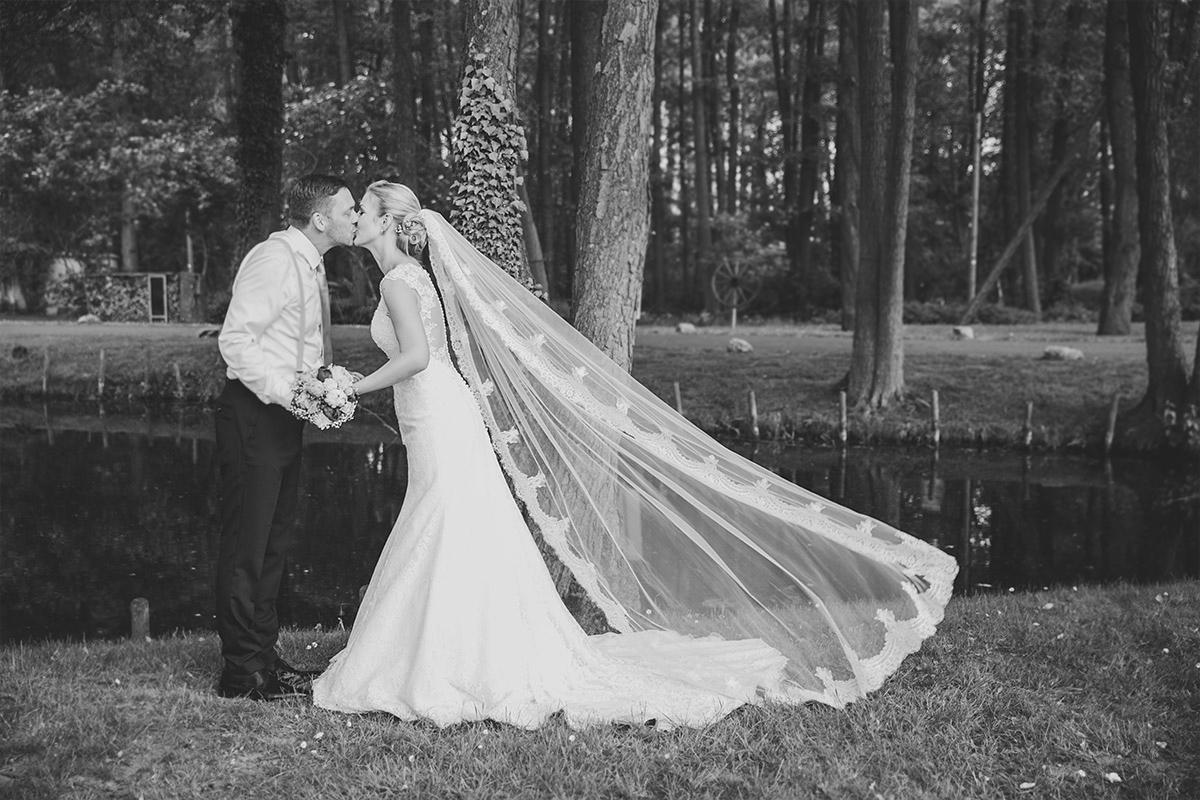 Brautpaarfoto im Wald bei Seelodge Kremmen Hochzeit - Seelodge Kremmen Hochzeitsfotograf © www.hochzeitslicht.de