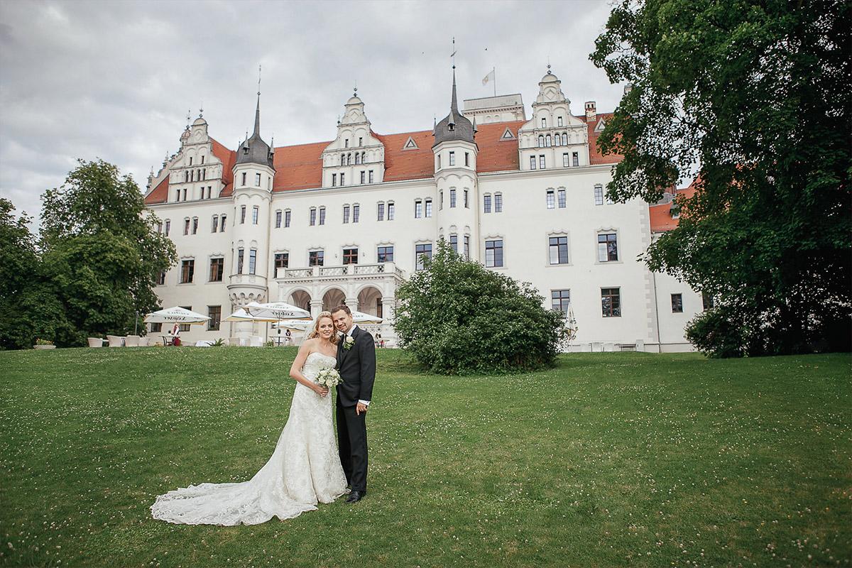 Brautpaarfoto vor Schloss Boitzenburg bei Schloss Boitzenburg Hochzeit Uckermark © Hochzeitsfotograf Berlin www.hochzeitslicht.de