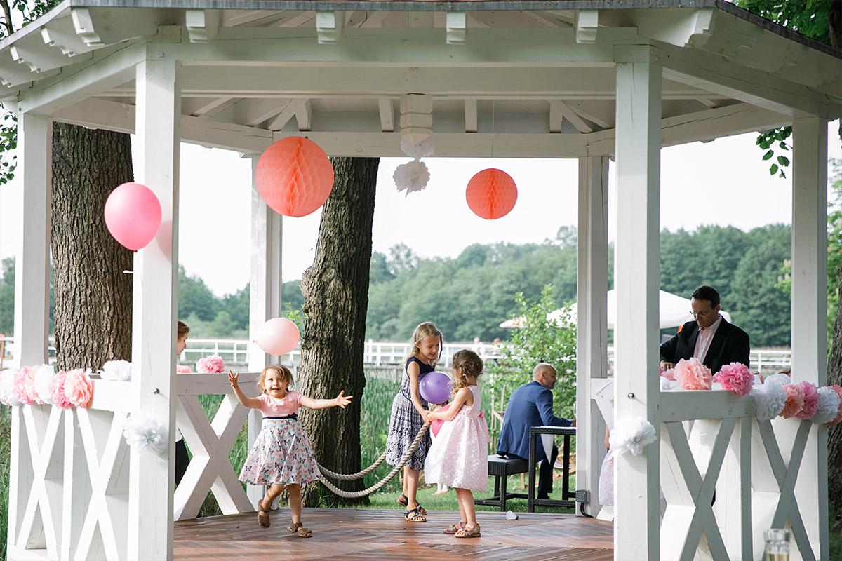 Hochzeitsfoto von spielenden Kindern in geschmücktem Pavillon bei Hochzeit in Seelodge Kremmen - Seelodge Kremmen Hochzeitsfotograf © www.hochzeitslicht.de