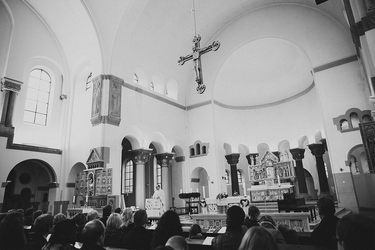 Hochzeitsreportagefoto von Trauung in katholischer Kirche St. Marien Liebfrauen in Berlin-Kreuzberg © Hochzeit Berlin www.hochzeitslicht.de