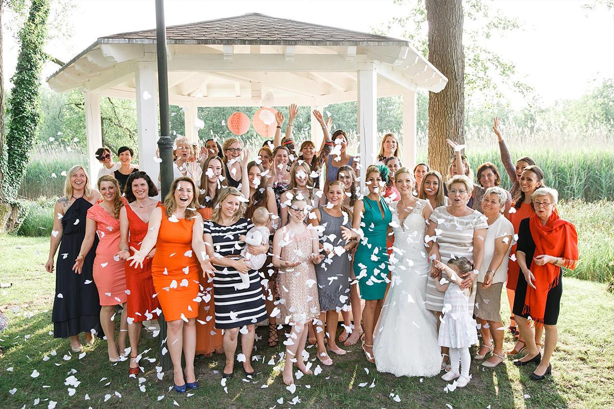 Gruppenfoto von Braut mit weiblichen Gästen bei Hochzeitsfeier in Seelodge Kremmen - Seelodge Kremmen Hochzeitsfotograf © www.hochzeitslicht.de