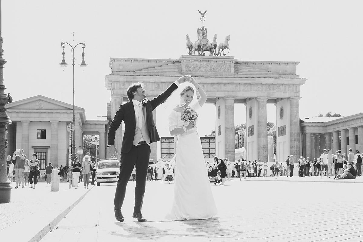 Brautpaarfoto vor Brandenburger Tor bei edler Soho House Hochzeit - Soho House Berlin Hochzeitsfotograf © www.hochzeitslicht.de