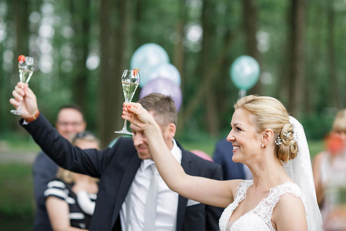 Hochzeitsfoto vom Sektempfang bei Seelodge Kremmen Hochzeit - Seelodge Kremmen Hochzeitsfotograf © www.hochzeitslicht.de