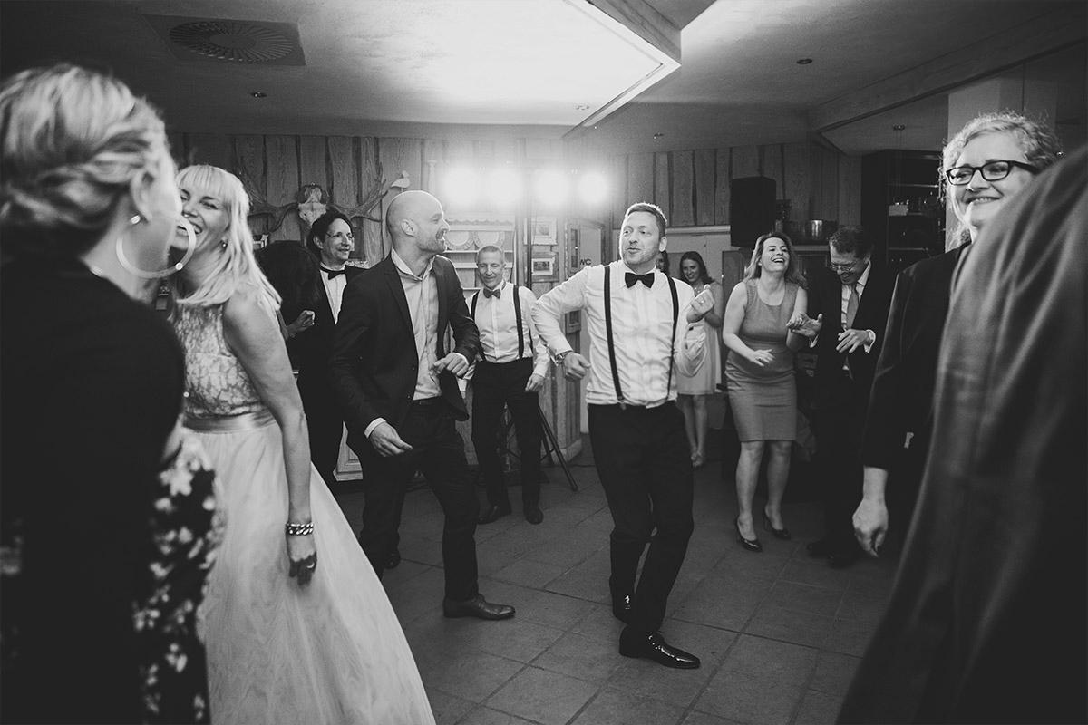 Hochzeitsfoto von tanzendem Bräutigam und Hochzeitsgästen bei Seelodge Kremmen Hochzeit - Seelodge Kremmen Hochzeitsfotograf © www.hochzeitslicht.de