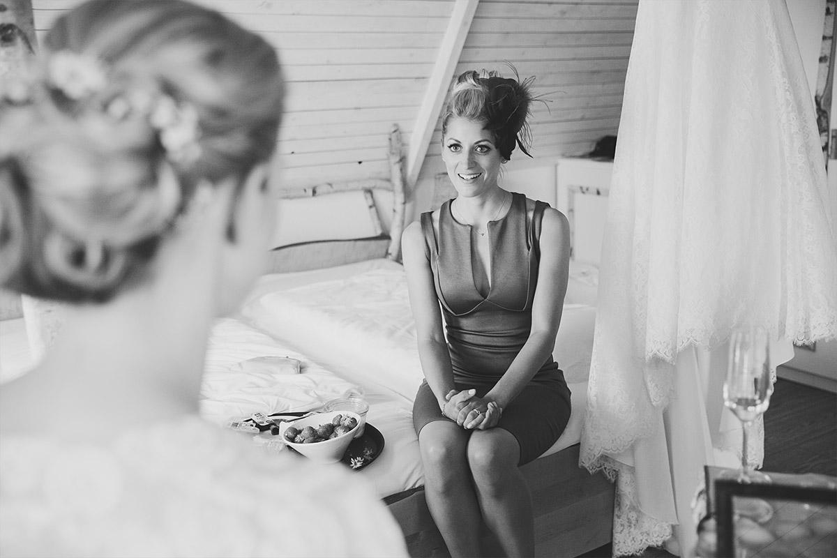 Hochzeitsreportagefoto von Braut mit Trauzeugin bei Vorbereitungen auf Seelodge Kremmen Hochzeit - Seelodge Kremmen Hochzeitsfotograf © www.hochzeitslicht.de