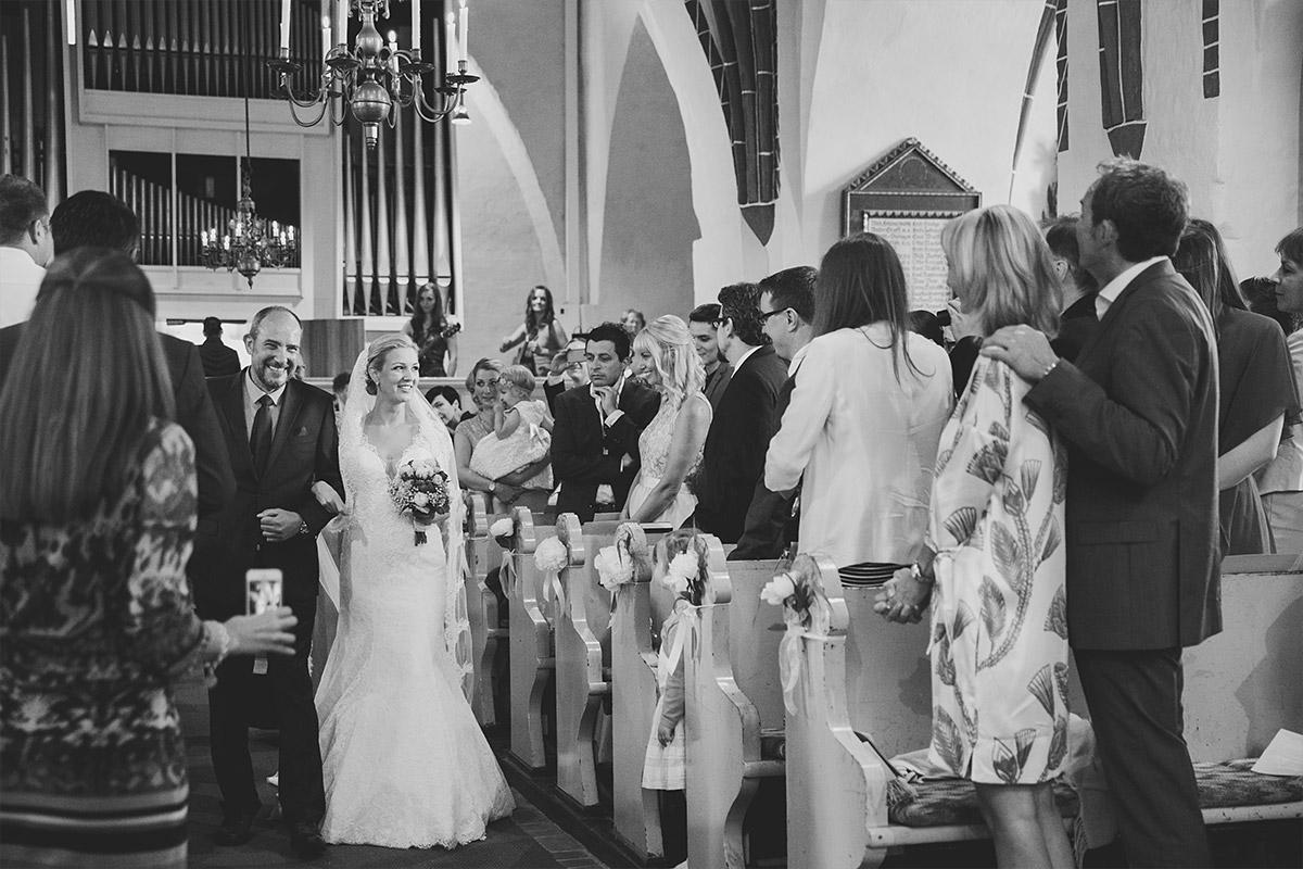 Hochzeitsfoto vom Einzug der Braut mit Brautvater in St. Nikolai-Kirche in Kremmen - Seelodge Kremmen Hochzeitsfotograf © www.hochzeitslicht.de