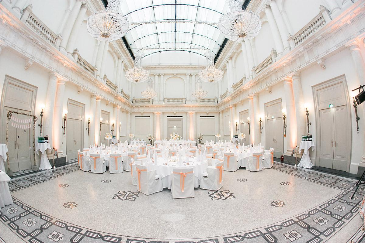 dekorierter Ballsaal bei Hotel de Rome Berlin Hochzeit - Hotel de Rome Berlin Hochzeitsfotograf © www.hochzeitslicht.de