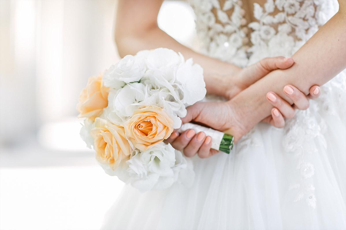 modernes Hochzeitsfoto der Braut mit Brautstrauß aus weißen und lachsfarbenen Rosen - Hotel de Rome Berlin Hochzeitsfotograf © www.hochzeitslicht.de