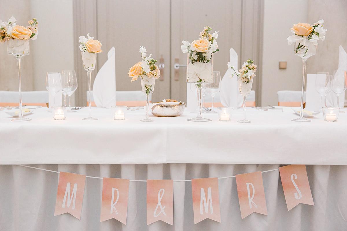 """Hochzeitsfoto der Plätze von Braut und Bräutigam mit """"MR & MRS""""-Girlande bei Hotel de Rome Hochzeit - Hotel de Rome Berlin Hochzeitsfotograf © www.hochzeitslicht.de"""