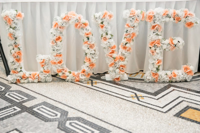 Hochzeitsdeko große Buchstaben LOVE mit Blumen bei Hotel de Rome Berlin Hochzeit - Hotel de Rome Berlin Hochzeitsfotograf © www.hochzeitslicht.de