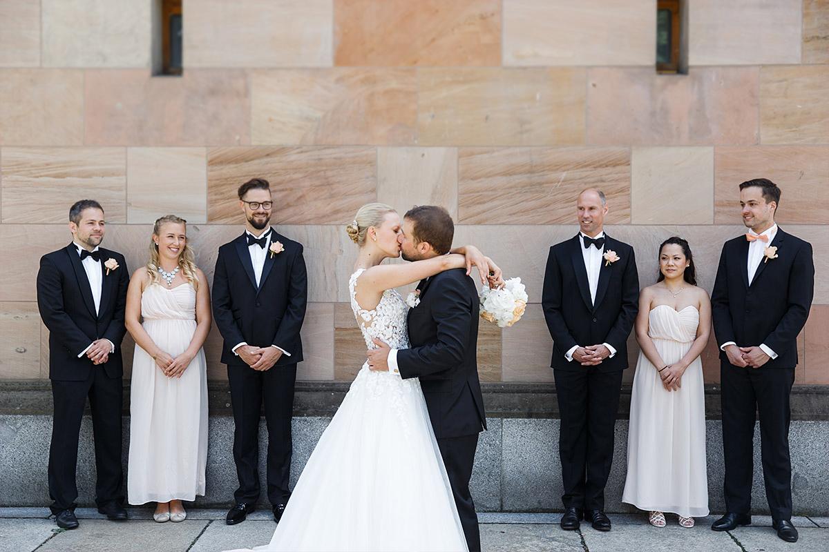 Hochzeitsfoto von küssendem Brautpaar mit Trauzeugen bei Hochzeit im Hotel de Rome - Hotel de Rome Berlin Hochzeitsfotograf © www.hochzeitslicht.de