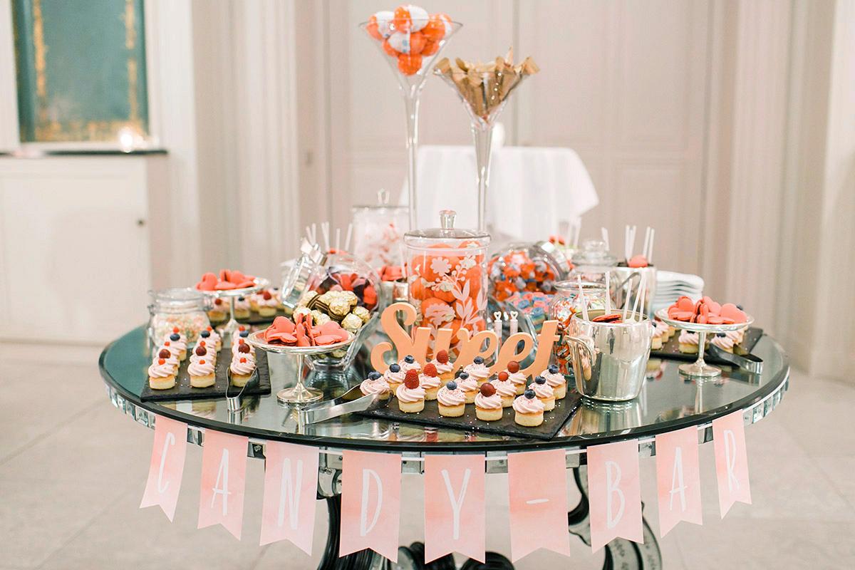 Candybar mit Cupcakes und Herz-Macarons bei Hotel de Rome Hochzeit Berlin - Hotel de Rome Berlin Hochzeitsfotograf © www.hochzeitslicht.de