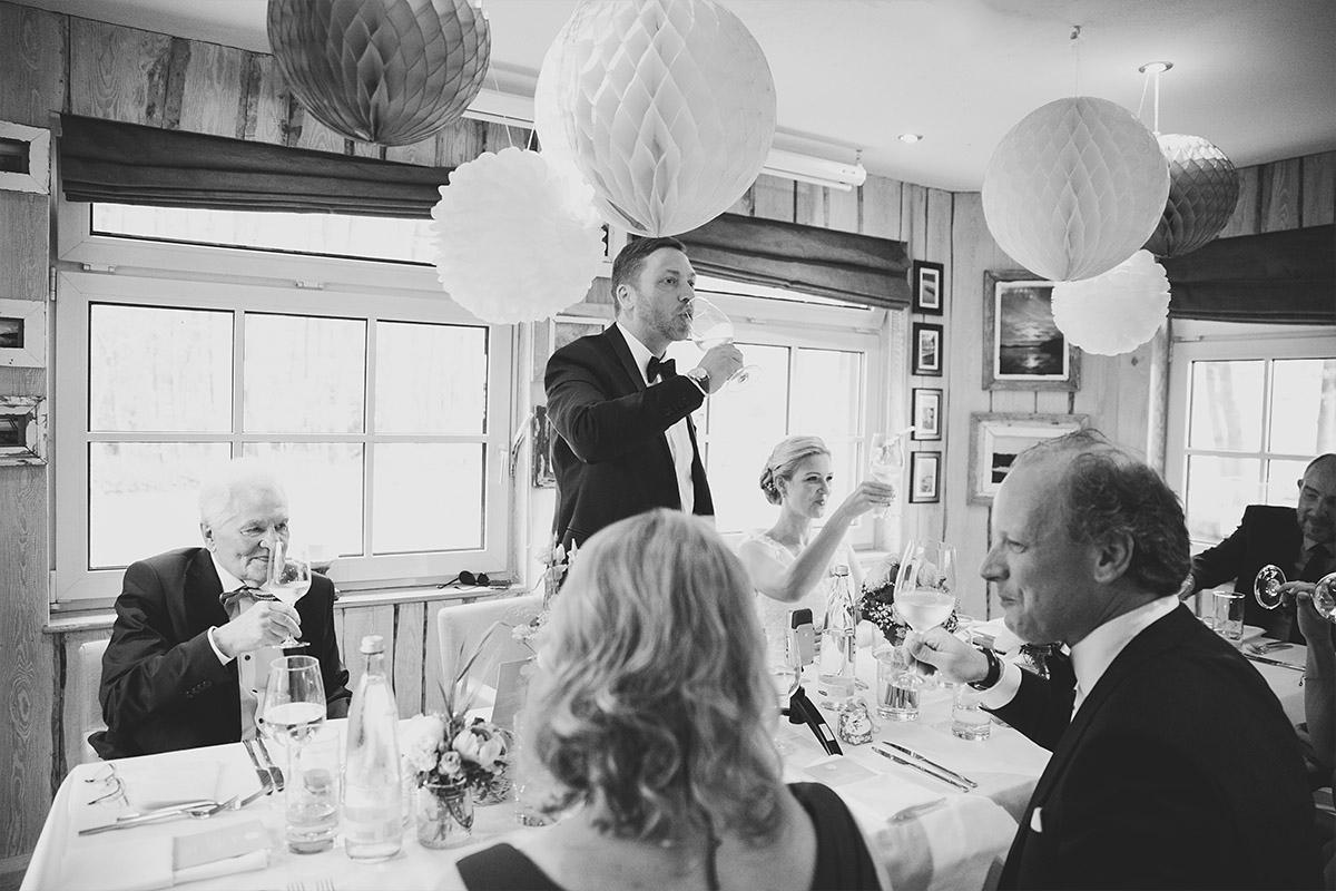Hochzeitsreportagefoto von Reden bei Hochzeitsfeier in Seelodge Kremmen - Seelodge Kremmen Hochzeitsfotograf © www.hochzeitslicht.de