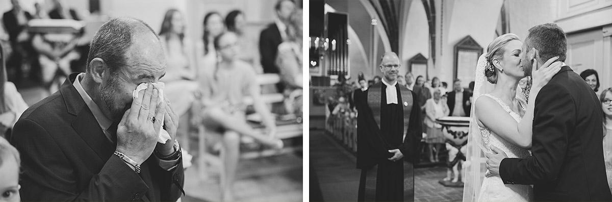 Hochzeitsreportagefotos von emotionalem Brautvater und First Look des Brautpaares bei Trauung in St. Nikolai-Kirche in Kremmen- Seelodge Kremmen Hochzeitsfotograf © www.hochzeitslicht.de