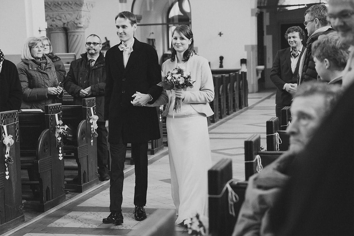 Hochzeitsreportage-Fotografie vom Einzug des Brautpaars bei kirchlicher Trauung während Winterhochzeit in Berlin © Hochzeit Berlin www.hochzeitslicht.de