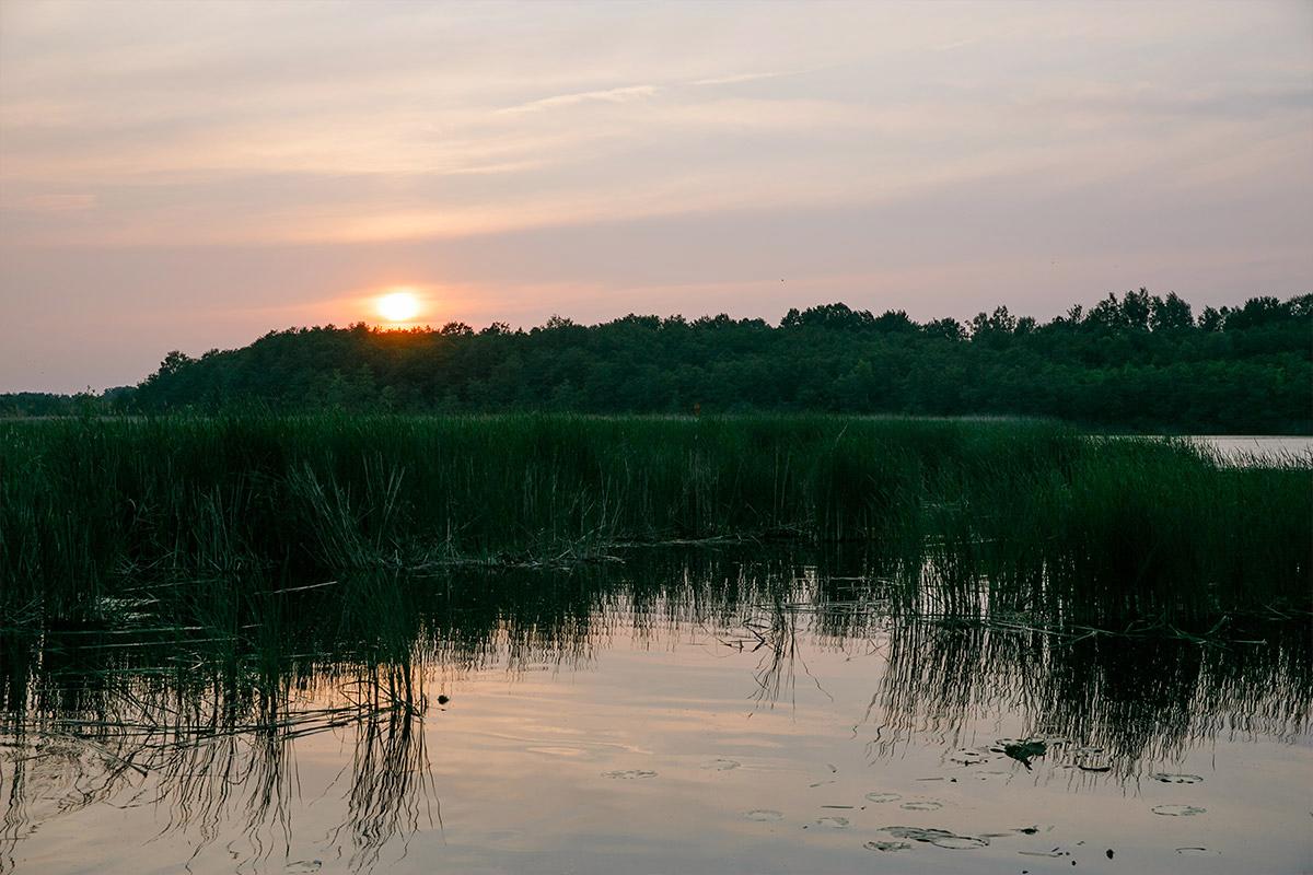 Reportagefoto von Blick über Kremmener See zum Sonnenuntergang bei Seelodge Kremmen Hochzeit - Seelodge Kremmen Hochzeitsfotograf © www.hochzeitslicht.de