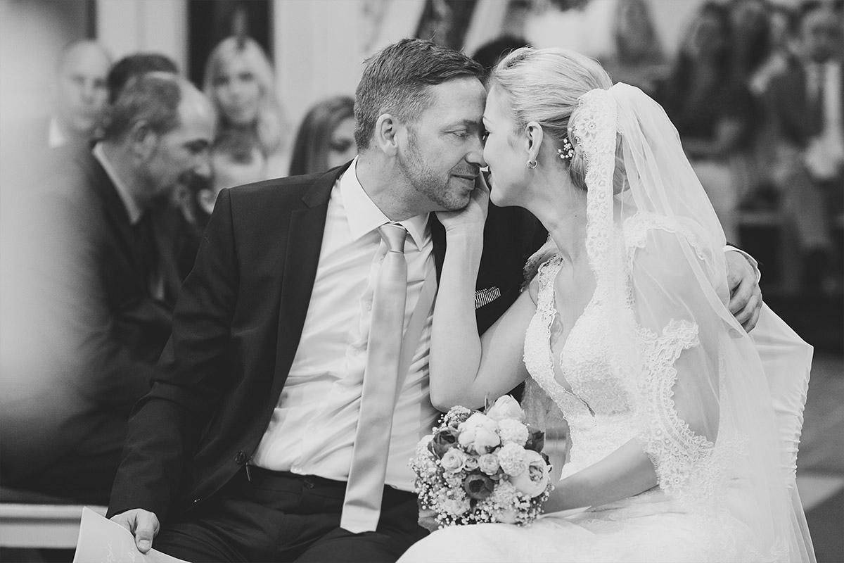 authentisches Hochzeitsbild von Brautpaar bei Trauung in St. Nikolai-Kirche in Kremmen - Seelodge Kremmen Hochzeitsfotograf © www.hochzeitslicht.de