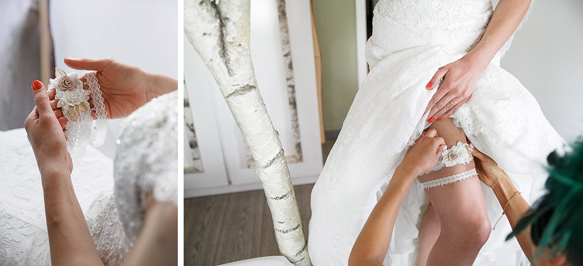 Hochzeitsfotos vom Ankleiden der Braut mit Strumpfband aus weißer Spitze - Seelodge Kremmen Hochzeitsfotografin © www.hochzeitslicht.de