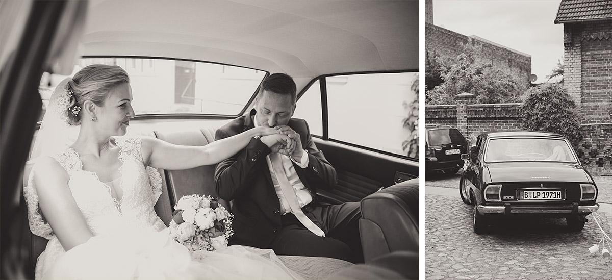 Hochzeitsreportagefotos von Brautpaar auf Weg von Trauung zur Hochzeitsloccation Seelodge Kremmen in Oldtimer - Seelodge Kremmen Hochzeitsfotograf © www.hochzeitslicht.de