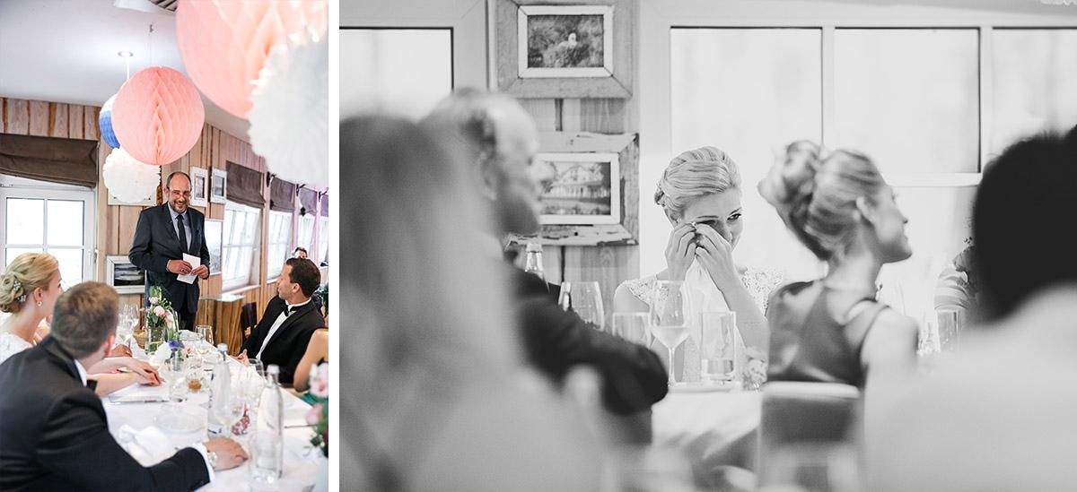 Hochzeitsreportage von gerührter Braut bei Rede des Brautvaters während Hochzeit in Seelodge Kremmen - Seelodge Kremmen Hochzeitsfotograf © www.hochzeitslicht.de