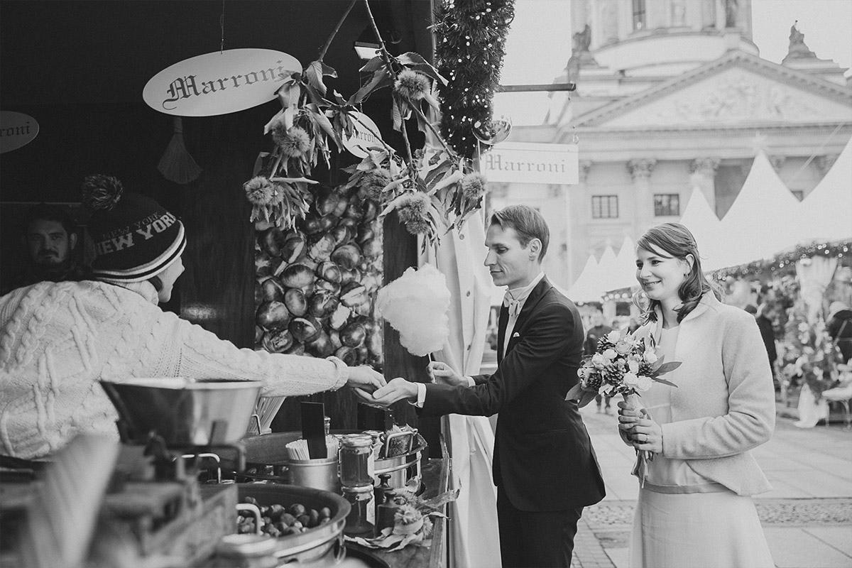 moderne Hochzeitsfotografie auf Weihnachtsmarkt am Gendarmenmarkt bei Winterhochzeit in Berlin-Mitte © Hochzeit Berlin www.hochzeitslicht.de