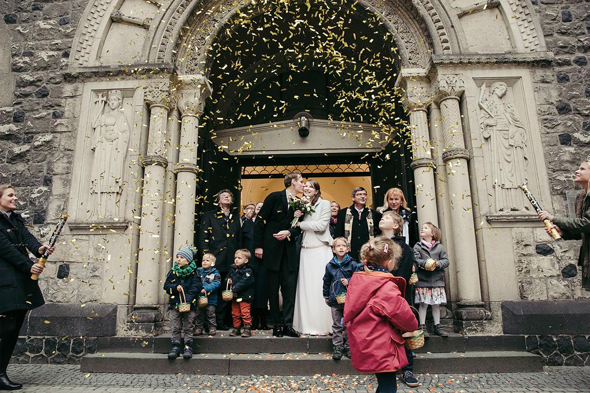 Hochzeitsfoto von Auszug des Brautpaars nach Trauung bei Winterhochzeit in Berlin © Hochzeit Berlin www.hochzeitslicht.de