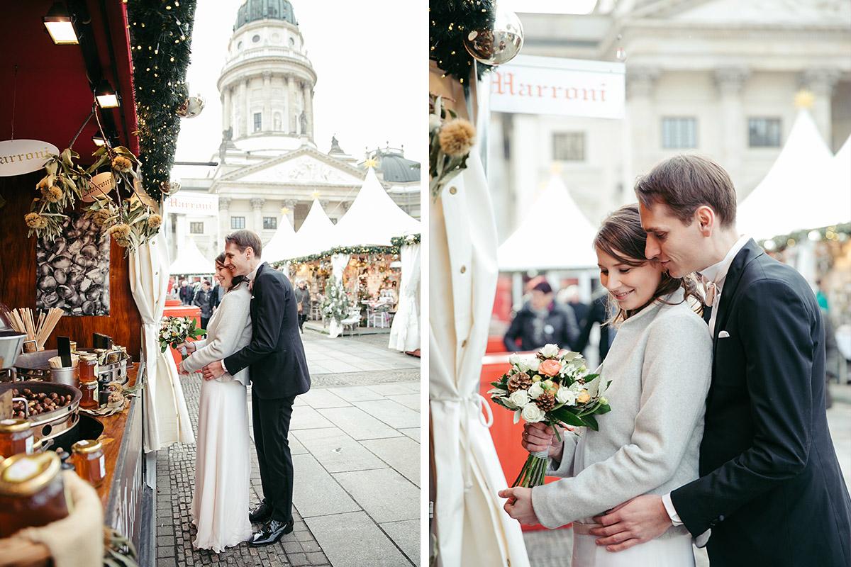 kreatives Hochzeitsfoto von Brautpaar auf Weihnachtsmarkt am Gendarmenmarkt bei Winterhochzeit in Berlin-Mitte © Hochzeit Berlin www.hochzeitslicht.de