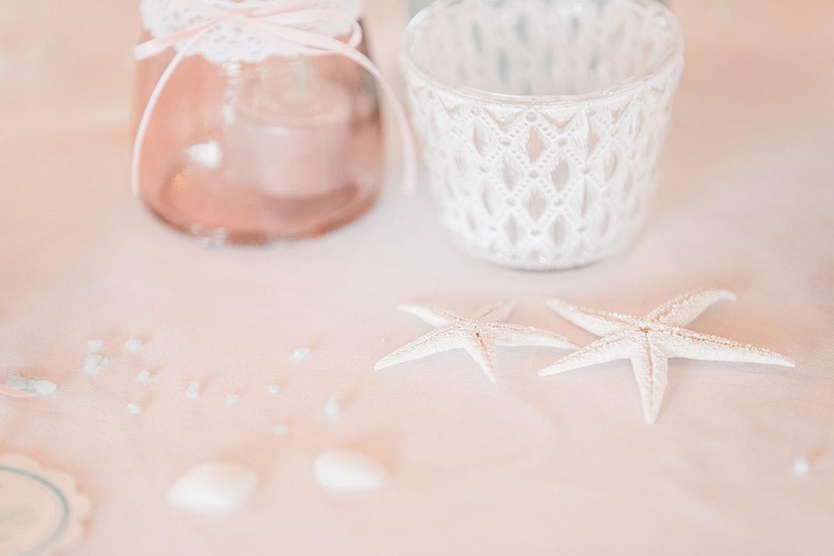 Detailfoto von Seesternen als Tischdekoration bei Ostseehochzeit auf Seebrücke Sellin - Ostsee Hochzeitsfotograf © www.hochzeitslicht.de